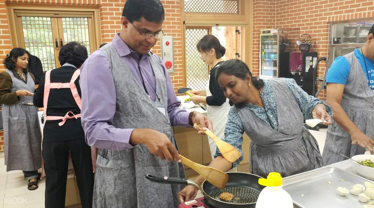 a guy learning how to cook in a Buddhist vegetarian cuisines cooking class